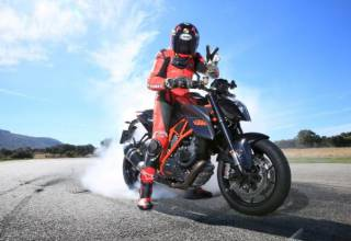 Test-2014-KTM-1290-SuperDuke-R-Action burnout